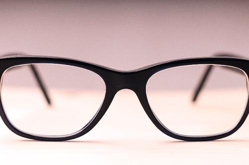 メガネ。普段はコンタクトをお使いでも予備としてメガネがお手元にあると安心です。